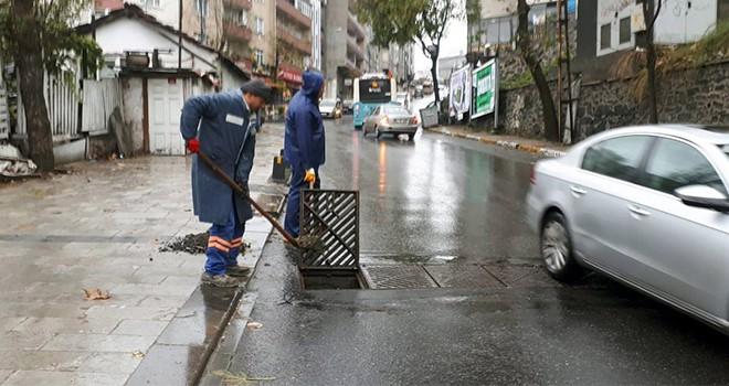 Ekipler, yağmur çamur demeden çalışıyor