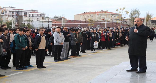 Başkan Hasan Can Haftanın İlk Gününde Bayrak Töreninde Öğrencilerle Buluştu