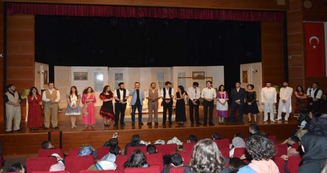 """Tuzla Belediyesi Gençlik Merkezi, İlk Müzikalinde """"Lüküs Hayat'ı Sahneledi"""