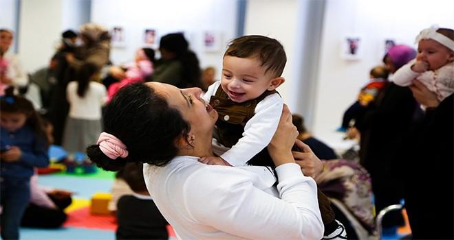 50 bebek anneleriyle doyasıya eğlendi