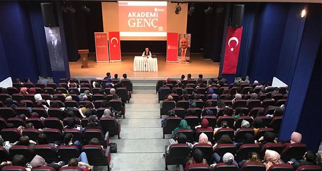 Akademi Genç'e Bu Hafta Gazeteci-Yazar Özcan Ünlü Konuk Oldu