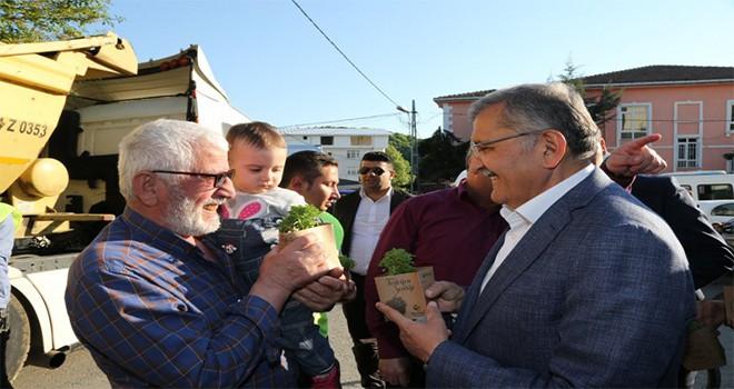 Başkan Murat Aydın Her Eve Bir Fesleğen Dağıttı