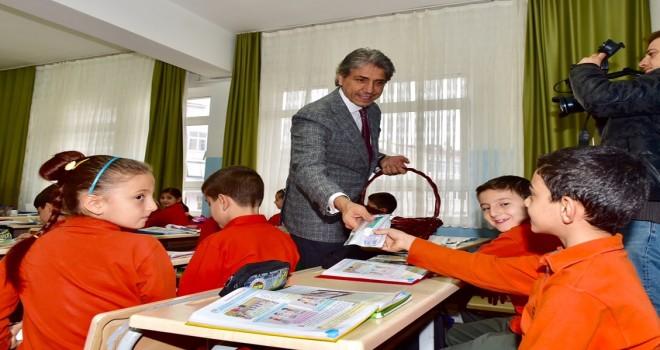 Başkan Mustafa Demir Öğrencilerine Diş Seti Hediye Etti