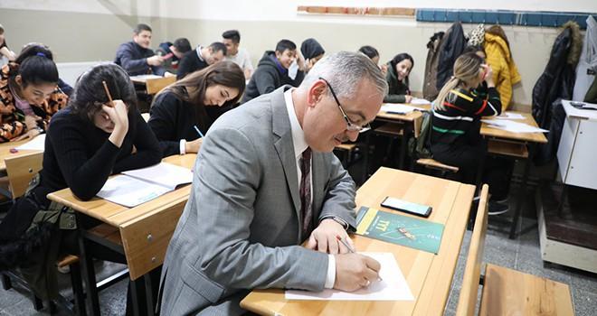 Başkan Aydın, öğrenciler ile deneme sınavına girdi