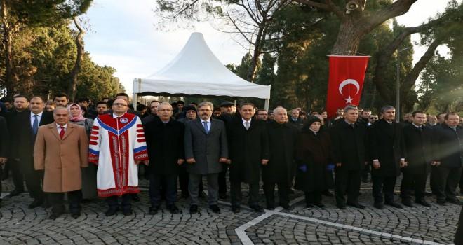 Mehmet Akif'in kabrine sevgi seli