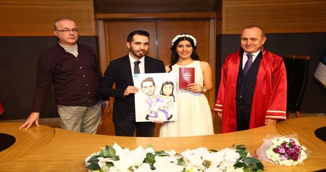 Kadıköy Belediyesi 14 Şubat Sevgililer Günü'nde evlenenlere karikatürlerini hediye etti.